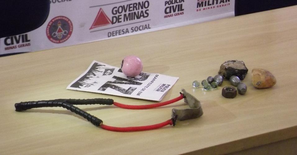 23.jun.2013 - Polícia Militar de Minas Gerais exibe material apreendido com manifestantes em ato no último sábado. Entre eles, estilingue, bolas de gude e de bilhar, além de pedras
