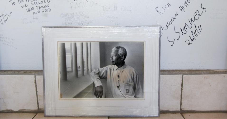 23.jun.2013 - Retrato do ex-presidente da África do Sul Nelson Mandela, 94, é visto próximo a mensagens de apoio escritas por visitantes da Igreja Regina Mundi, em Soweto. Mandela está há 16 dias internado para se recuperar de uma infecção no pulmão
