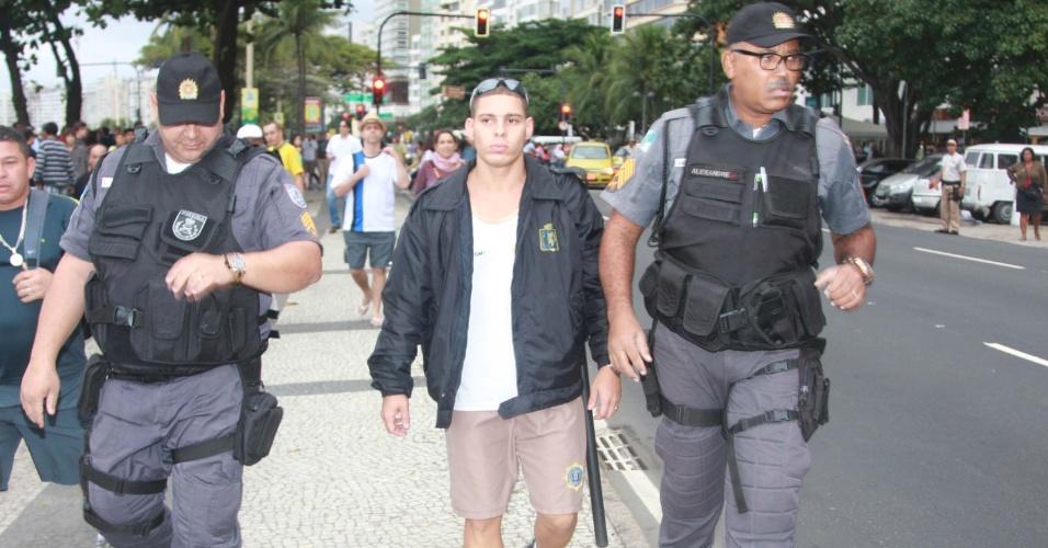 Agente da Guarda Municipal é preso portando uma arma de fogo durante manifestação realizada neste domingo na zona sul do Rio
