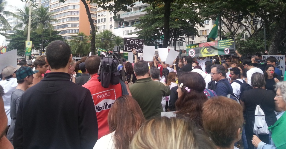 Cerca de 600 pessoas realizam na tarde deste domingo uma passeata contra várias causas, entre as quais a PEC 37 e o aumento da tarifa do transporte coletivo, na orla de Copacabana, na zona sul do Rio de Janeiro