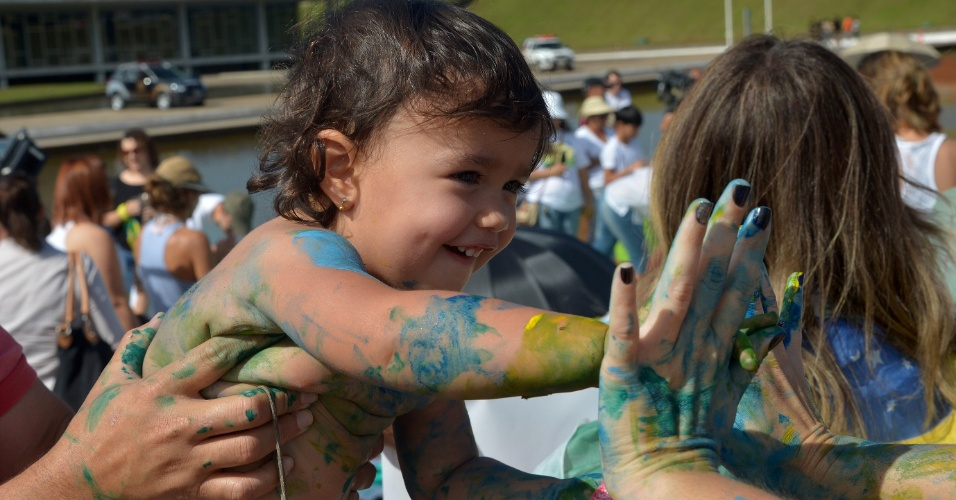 Mais de 200 crianças de várias idades se manifestaram na manhã de hoje (23), em frente ao Congresso Nacional