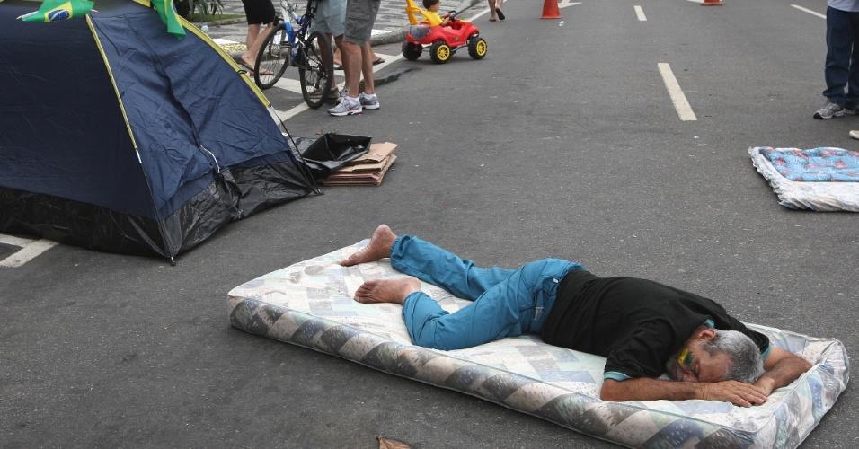 Manifestante dorme em colchão colocado em frente à casa do governador do Rio de Janeiro, Sérgio Cabral