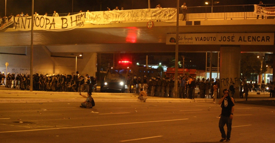 Manifestantes bloqueiam avenida em Belo Horizonte durante protestos