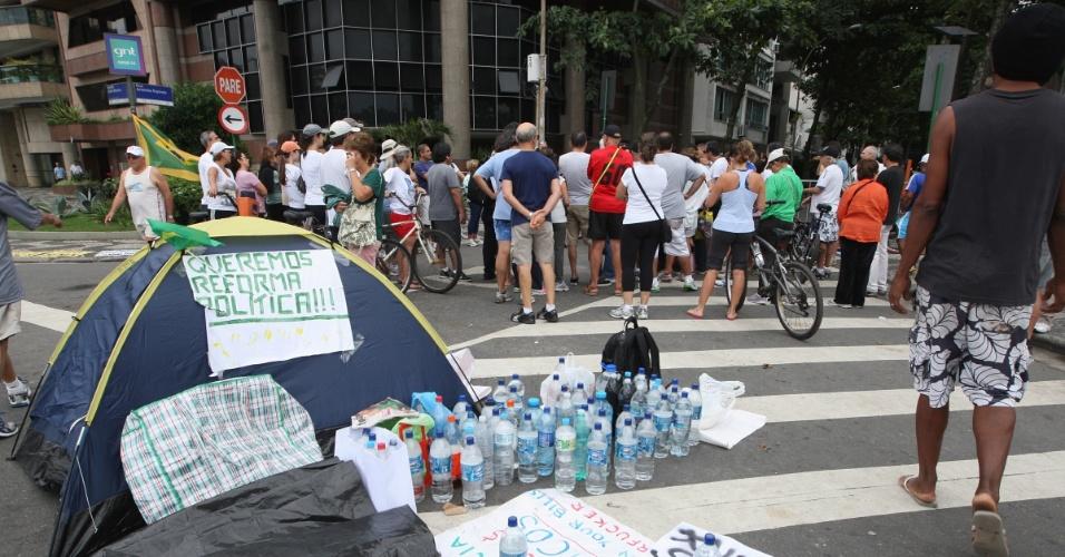 Manifestantes seguem acampados em frente à casa do governador do Rio de Janeiro, Sérgio Cabral, no bairro do Leblon, zona sul da capital carioca