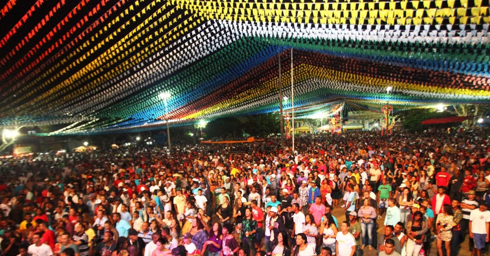 22.jun.2013 - Multidão se reúne para festa junina em Santo Estevão, a cerca de 190 Km de Salvador. As festas vão até 24 de junho