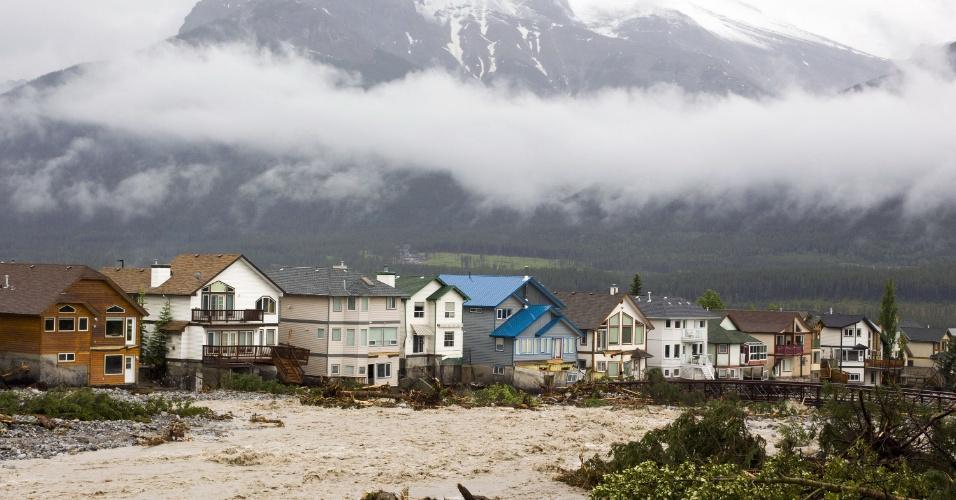 21.jun.2013 - Casas ficam inundadas próximas às montanhas Três Irmãs em Canmore, no Estado de Alberta, no Canadá. Três pessoas morreram por causa das enchentes e milhares de moradores foram obrigados a deixar suas casas
