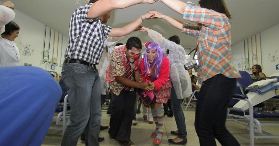21.jun.2013 - Voluntários e médicos realizam festa junina na unidade pediátrica no Hospital da Restauração, no Recife
