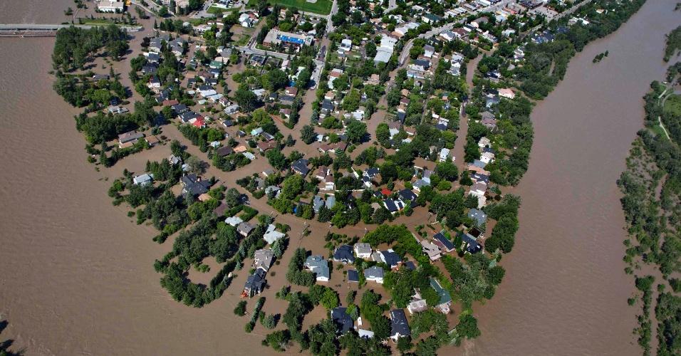 22.jun.2013 - Bairro residencial de Calgary, no Canadá, fica alagado após cheia do rio Bow, no Estado de Alberta. A enchente obrigou milhares de moradores a deixarem suas casas