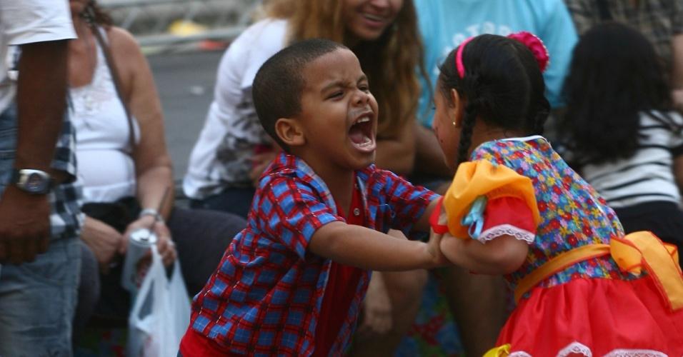23.jun.2013 - Crianças brincam durante festa de São João no centro histórico de Salvador, neste domingo (23)