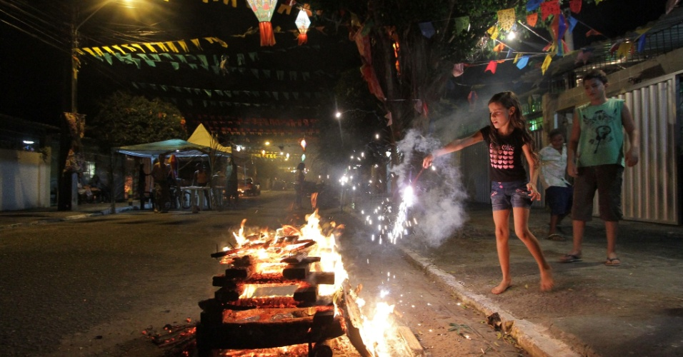 23.jun.2013 - Moradores acendem fogueira durante festa junina na rua Tupiniquins, no bairro Santo Amaro, no Recife