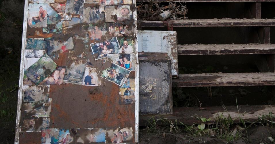 23.jun.2013 - Mural de fotos é fotografado fora de casa alagada em Calgary, no Estado de Alberta, no Canadá. A enchente obrigou milhares de moradores a deixarem suas casas