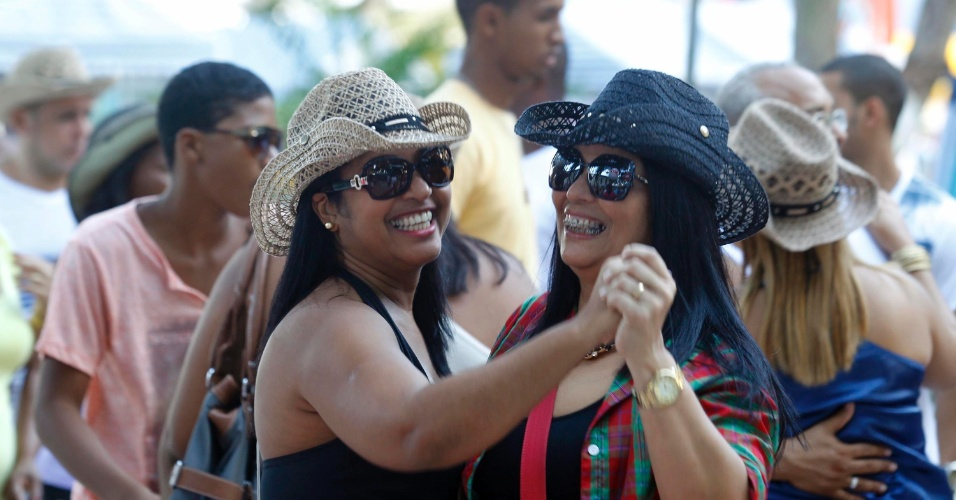 23.jun.2013 - Turistas e moradores dançam forró em festa junina na praça central da cidade de Cruz das Almas (BA), neste domingo (23)