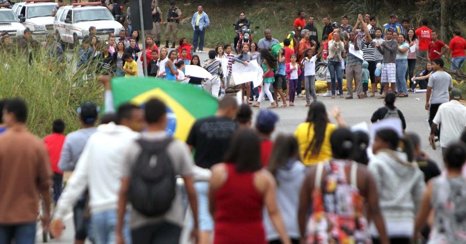 24.jun.2012 - Manifestantes fecham a rodovia MG 010 e bloqueiam a pista que dá acesso à Santa Luzia , na região metropolitana de Belo Horizonte, na manhã desta segunda-feira (24). Eles reivindicam saneamento básico, calçamentos nas ruas, melhorias no transporte público e redução do preço da passagem de ônibus, que atualmente e de R$ 3,90