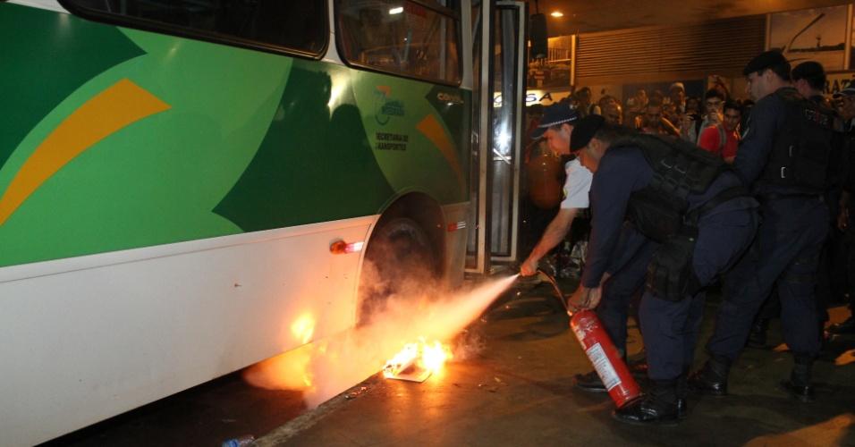 24.jun.2013 - Bombeiros tentam controlar fogo em ônibus incendiado por passageiros na rodoviária do Plano Piloto, em Brasília, na noite desta segunda-feira (24). Eles também atiraram pedras e paus nos veículos estacionados. O ato ocorreu após um protesto de motoristas e cobradores de ônibus, que fecharam os acessos à rodoviária. Os trabalhadores temem perder os empregos com as mudanças no sistema de transporte público da cidade