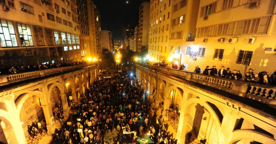 24.jun.2013 - Cerca de 10 mil pessoas se reuniram em protestos nas ruas de Porto Alegre, na noite desta segunda-feira (24)