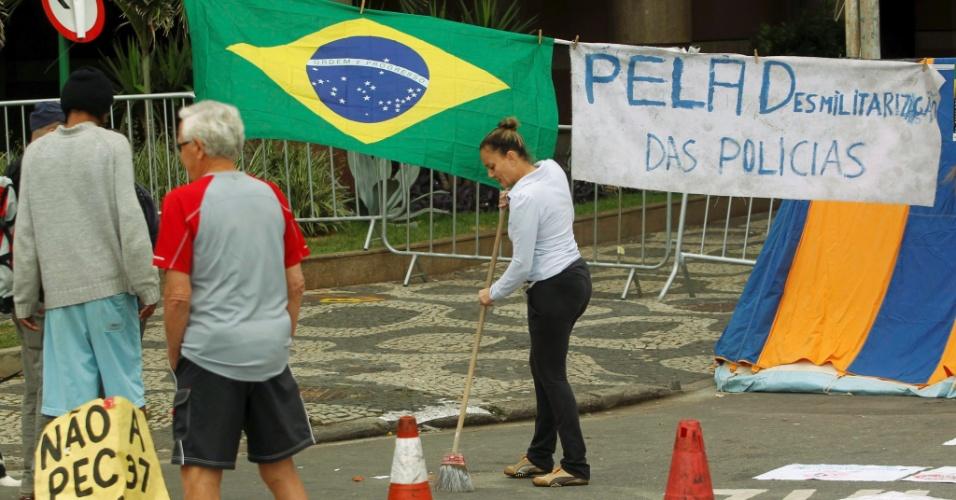 24.jun.2013 - Manifestantes amanheceram nesta segunda-feira (24) em acampamento no Leblon (Rio), na rua Aristides Espínola, onde mora o governador do Estado do Rio de Janeiro, Sérgio Cabral