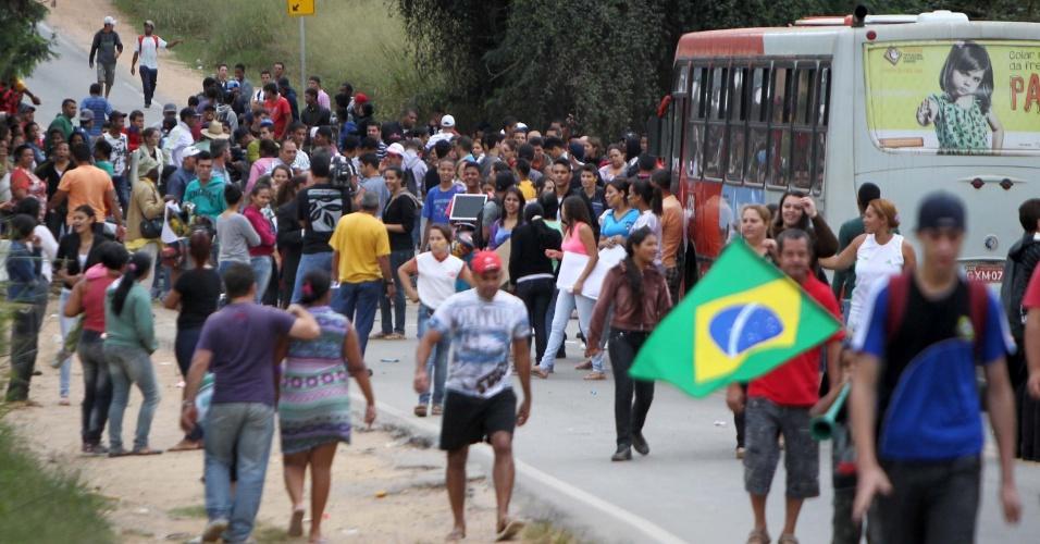 24.jun.2013 - Manifestantes fecham MG 010 e bloqueiam a pista que da acesso a Santa Luzia, na região metropolitana de Belo Horizonte (MG), na manhã desta segunda-feira (24). Os manifestantes pedem saneamento básico, calcamentos nas ruas, melhorias no transporte publico, redução do preço da passagem de ônibus, que atualmente é de R$ 3,90. O protesto também reivindica mais médicos e mais escolas