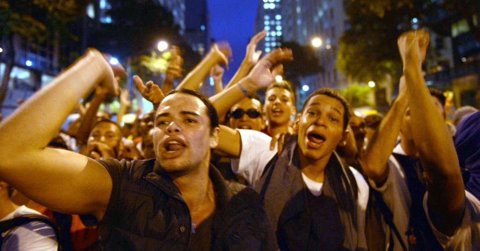24.jun.2013 - Manifestantes gritam palavras de ordem durante protesto por melhores serviços públicos e contra a PEC 37, entre outras reivindicações, na região central do Rio de Janeiro (RJ), na noite desta segunda-feira