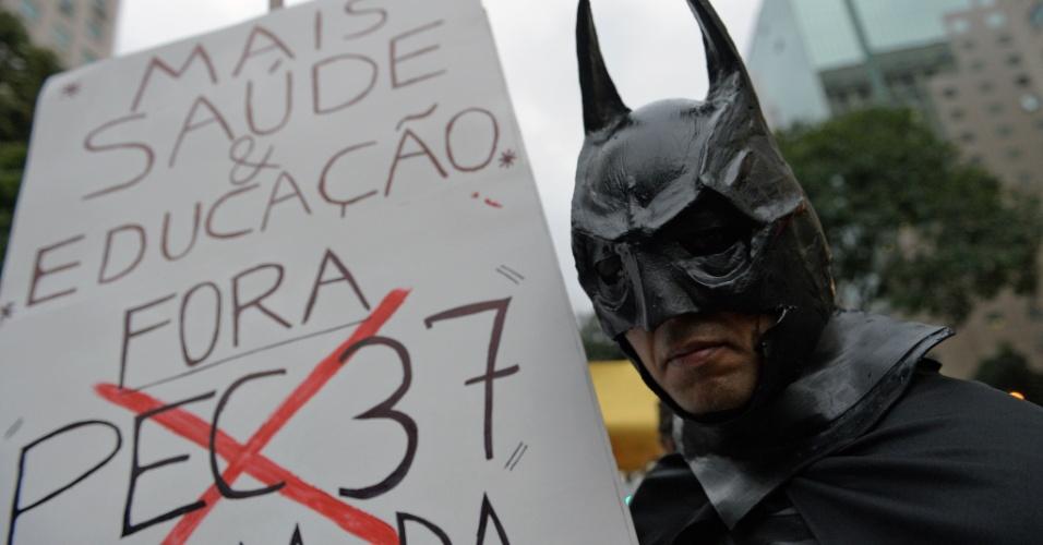 24.jun.2013 - Manifestantes protestam por melhores serviços públicos, um novo sistema político e contra a PEC37 no centro do Rio de Janeiro
