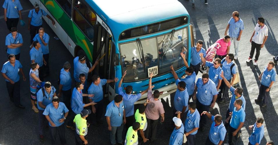 24.jun.2013 - Motoristas e cobradores de ônibus bloqueiam todos os acessos à Rodoviária do Plano Piloto, no centro de Brasília. Segundo a Polícia Militar, cerca de 400 manifestantes participaram do protesto
