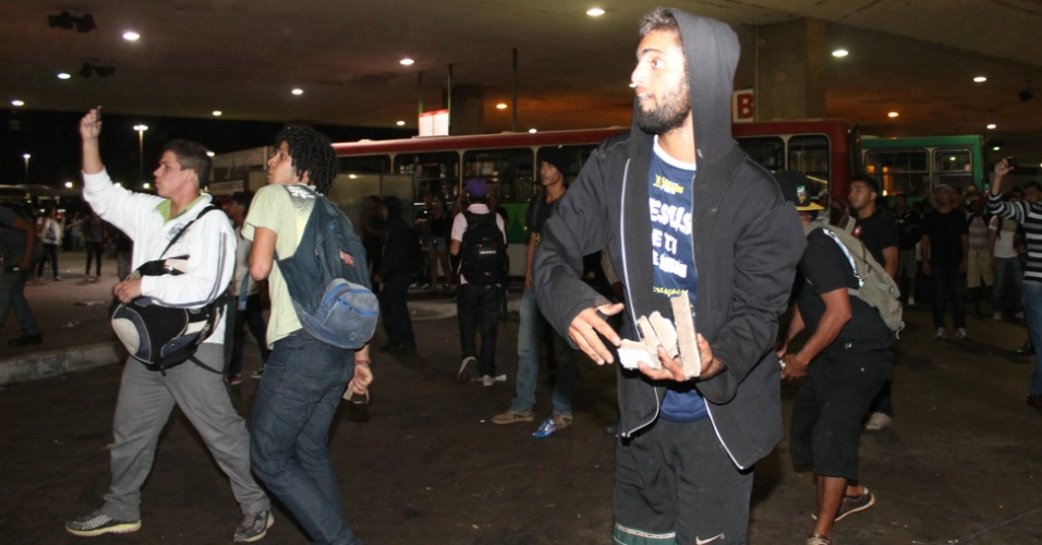 24.jun.2013 - Paralisação de rodoviários causa tumulto e destruição na rodoviária de Brasilia, com quebra-quebra de ônibus e confronto de usuários com a policia, nesta segunda-feira