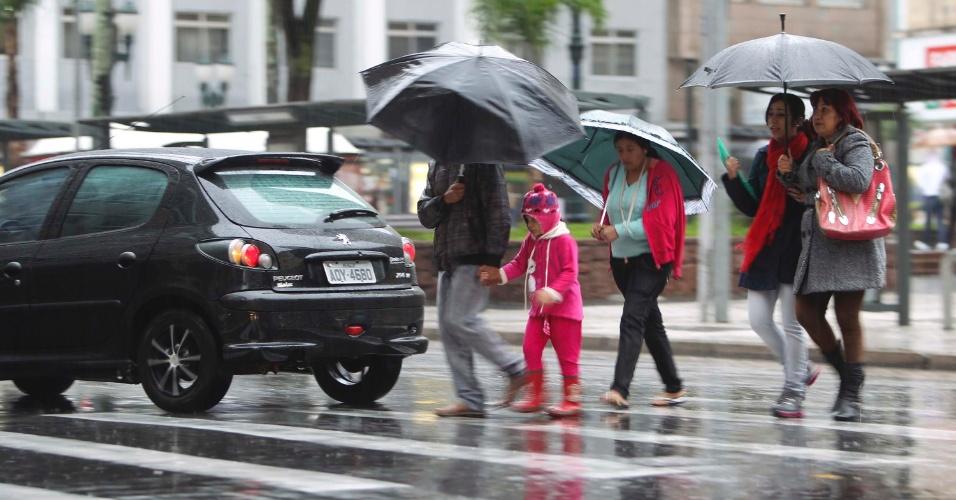 24.jun.2013 - Pedestres enfrentam chuva e frio na região central de Curitiba, na tarde desta segunda-feira (24)