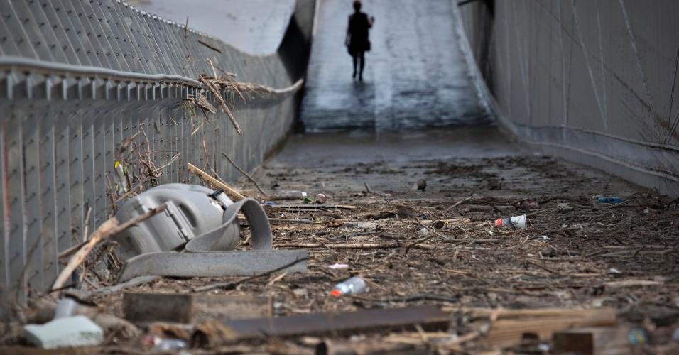 24.jun.2013 - Ruas da cidade de Calgary, na província de Alberta, no oeste do Canadá, apresentam sujeira e estragos causados pelas fortes chuvas que atingiram o país. A enchente obrigou milhares de moradores a deixarem suas casas