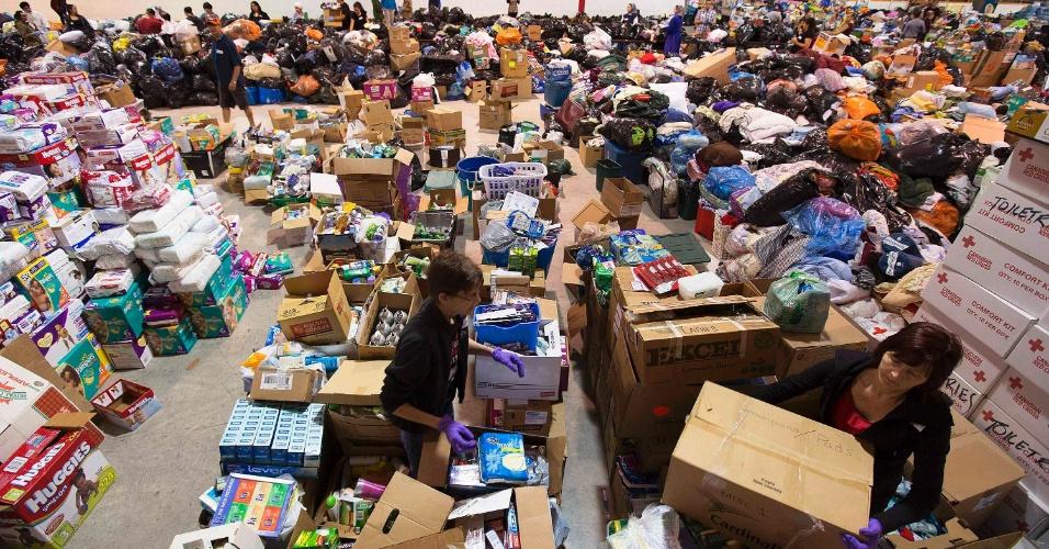 24.jun.2013 - Voluntários organizam pertecences doados para desabrigados pelas inundações em Gleichen, no Estado de Alberta, no Canadá. As enchentes que assolam o Estado obrigou milhares de moradores a deixarem suas casas