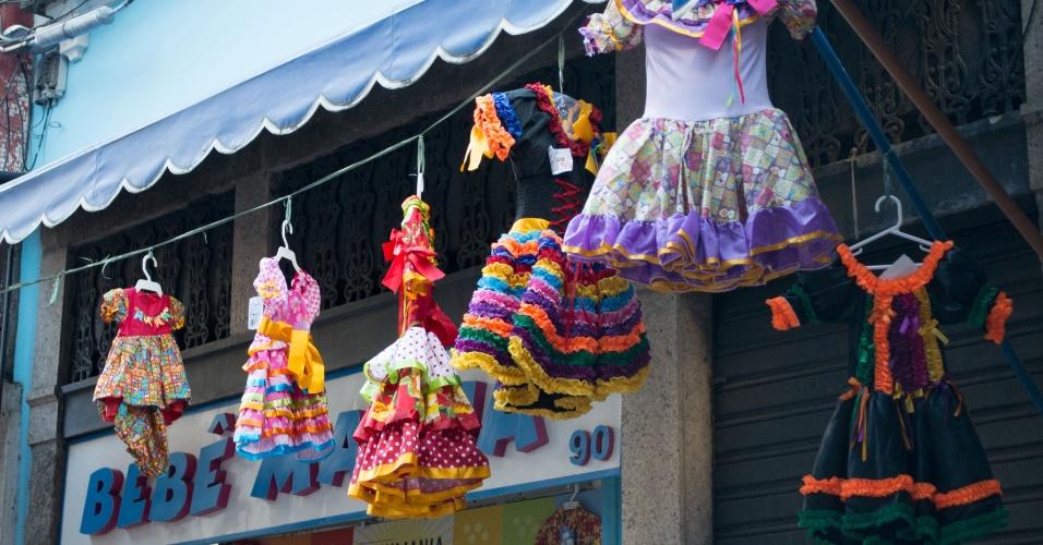 5.jun.2013 - Lojas da região conhecida como Saara, área de comércio popular no centro do Rio de Janeiro, exibem artigos para festa junina