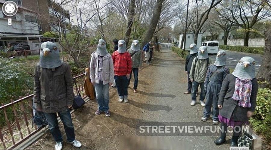 A imagem acima foi capturada pelo Street View em Tóquio, onde aparentemente um grupo homenageava pombos - ou queria se esconder das câmeras do Google desse jeito bem estranho
