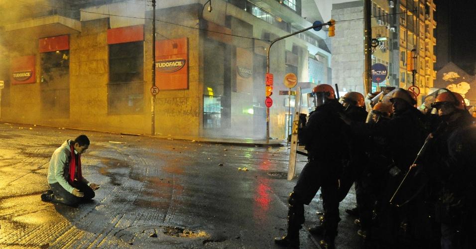 24.jun.2013 - Cerca de 10 mil pessoas protestaram nas ruas de Porto Alegre nesta segunda-feira (24). Durante a noite, mais de 80 pessoas foram detidas pelo BOE (Batalhão de Operações Especiais) da Brigada Militar, por depredações e saques