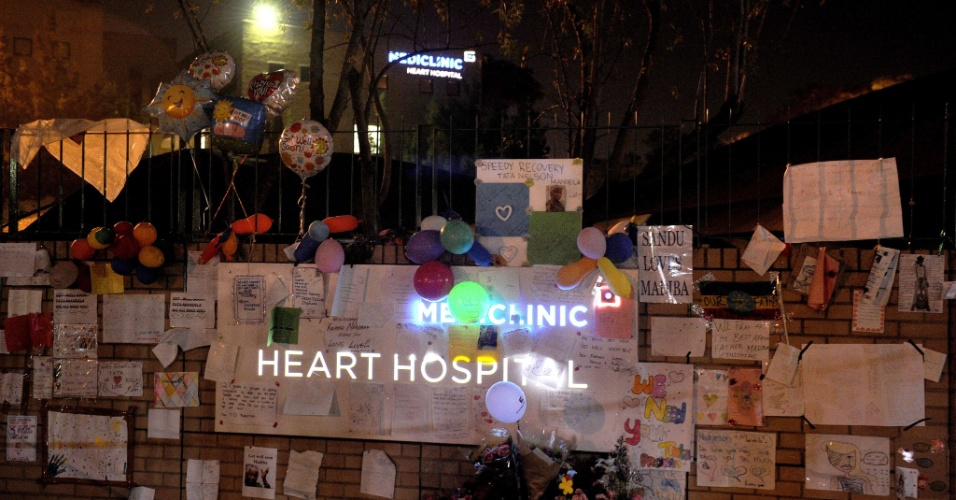 24.jun.2013 - Mensagens são colocadas em frente ao hospital onde Nelson Mandela está hospitalizado desde 8 de junho. Aos 94 anos, o ex-presidente está internado em estado crítico em um hospital de Pretória, na África do Sul