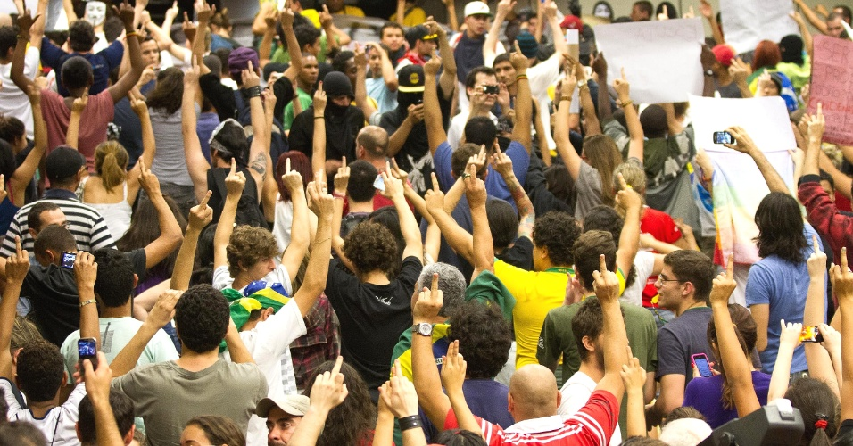 25.jun.2013 - Cerca de 5.000 manifestantes protestaram nesta terça-feira (25) na Câmara Municipal de Ribeirão Preto (SP) e, posteriormente, saíram pelas ruas da cidade para reivindicar a redução do valor de R$ 2,90 para R$ 2,60 nas passagens de ônibus