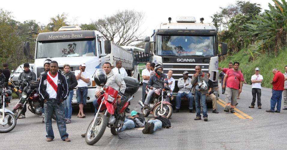 25.jun.2013 - Em Minas Gerais, protesto de moradores interdita a BR 381, próximo à barreira da Polícia Federal, na divisa entre Sabará e Santa Luzia, nesta terça-feira (25)