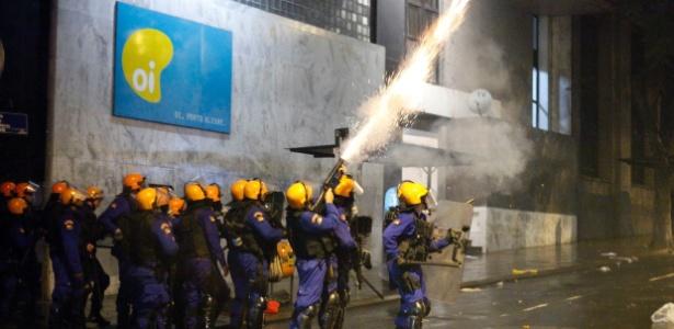 Soldados da Brigada Militar entram em conflito com manifestantes durante protestos em Porto Alegre