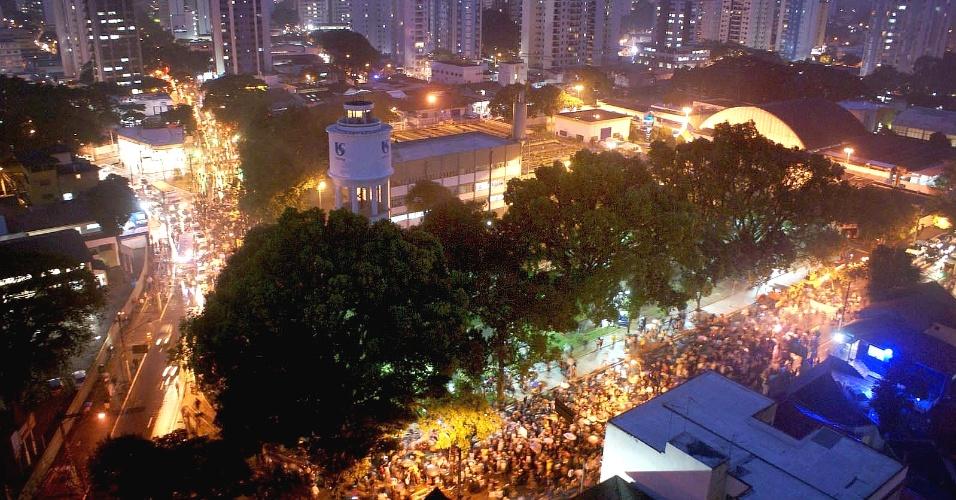 25.jun.2013 - Manifestantes bloquearam na noite desta terça-feira a pista expressa da rodovia Presidente Dutra, nos dois sentidos, em São José dos Campos, no interior paulista. Segundo a concessionária CCR Nova Dutra, que administra a via, o bloqueio ocorria na altura do km 149, no início da noite de hoje. O trânsito foi desviado para a pista marginal nos quilômetros 152 (sentido Rio) e 147 (sentido SP)