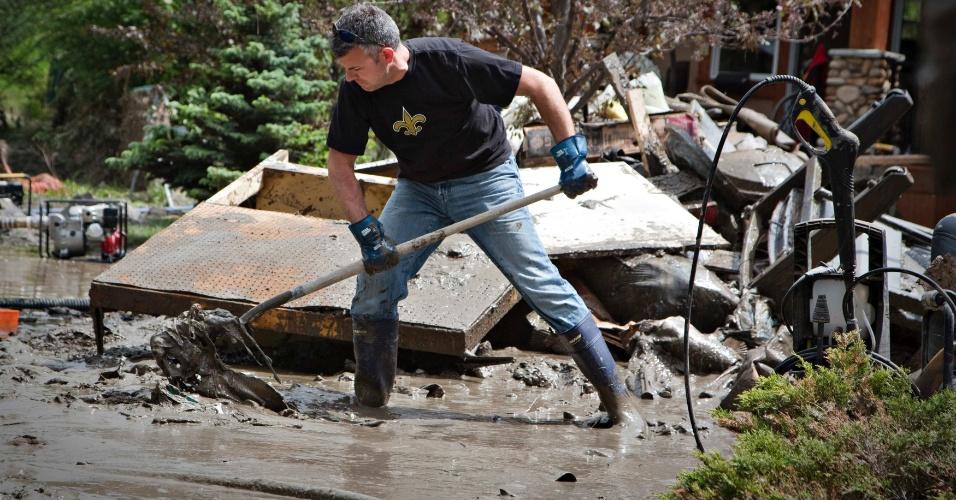 25.jun.2013 - Morador retira lama e entulhos das ruas, em Calgary,  na província de Alberta, no oeste do Canadá. A enchente fechou estradas e obrigou milhares de moradores a deixarem suas casas