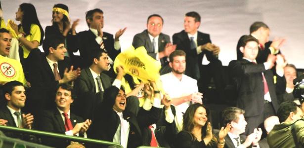Promotores de Justiça e outras pessoas contrárias à PEC 37 comemoram na Câmara Federal a derrubada da medida, que retiraria o poder de investigação dos MPEs (Ministérios Públicos estaduais) e do MPU (Ministério Público da União)