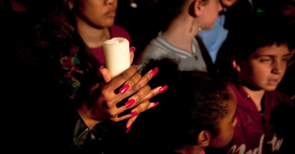 25.jun.2013 - Pessoas seguram velas durante uma vigília do lado de fora do Hospital do Coração Mediclinic em Pretória, onde o ex-presidente da África do Sul Nelson Mandela está internado em estado crítico. O grupo orou e cantou canções religiosas em apoio a Mandela
