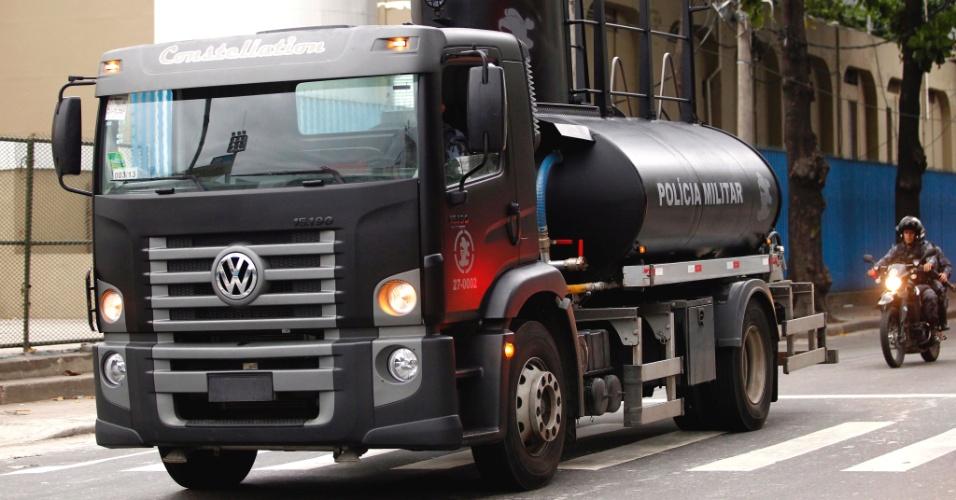 """25.jun.2013 - A Polícia Militar do Rio de Janeiro adquiriu canhão d'água, equipamento conhecido como """"brucutu"""", para reforçar a atuação do BPChoque (Batalhão de Choque) no controle de distúrbios civis"""