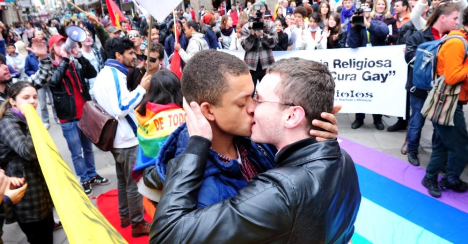 26.jun.2013 - Casais se beijam durante protesto contra o presidente da Comissão de Direitos Humanos e Minorias da Câmara, o deputado pastor Marco Feliciano, e contra o projeto conhecido como