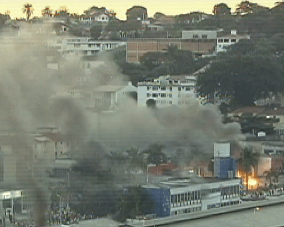 26.jun.2013 - Concessionária é incendiada durante manifestação em Belo Horizonte, na avenida Antônio Carlos, na região da Pampulha, próximo ao Estádio do Mineirão