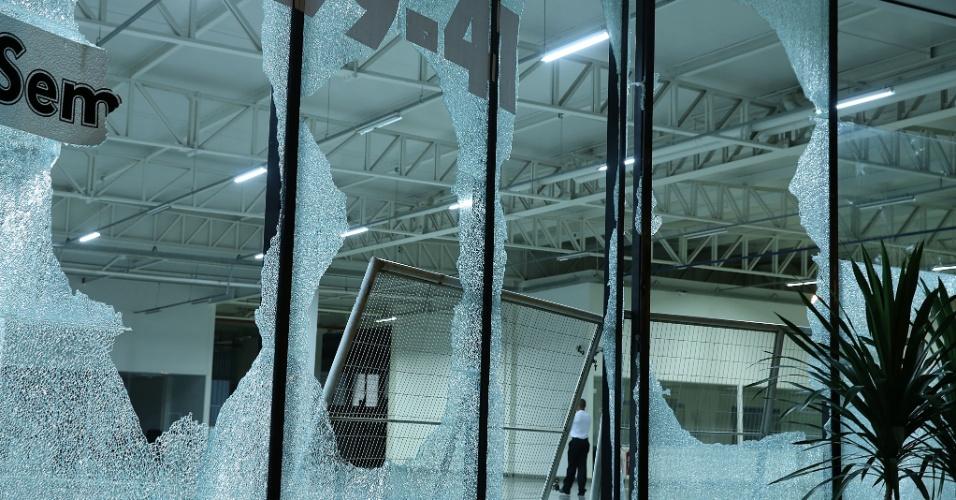 26.jun.2013 - Estabelecimento comercial sofre ato de vandalismo durante manifestação em Belo Horizonte, nesta quarta-feira. O ato foi marcado por confronto entre manifestantes e a policia durante o jogo entre Brasil Uruguai no estádio Mineirão