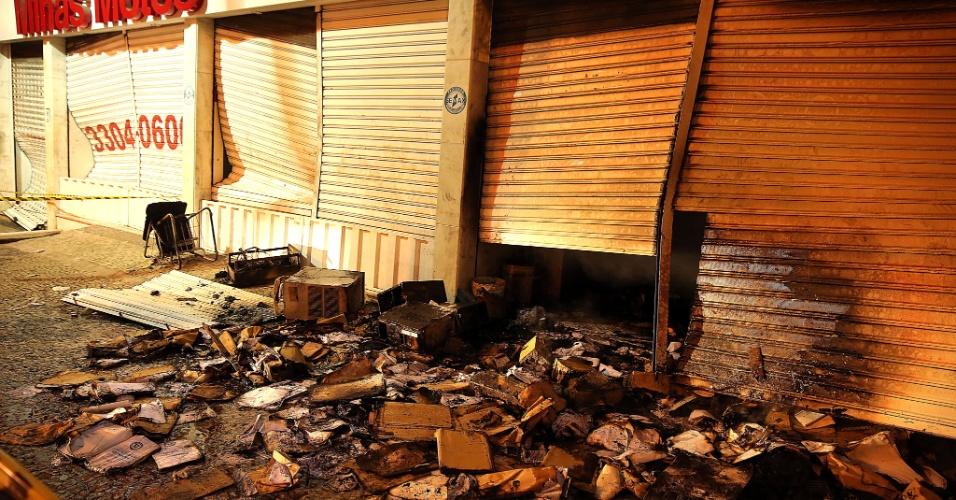 26.jun.2013 - Estabelecimento comercial sofre ato de vandalismo durante manifestação em Belo Horizonte. Os manifestantes entraram em confronto com a polícia durante o jogo Brasil X Uruguai