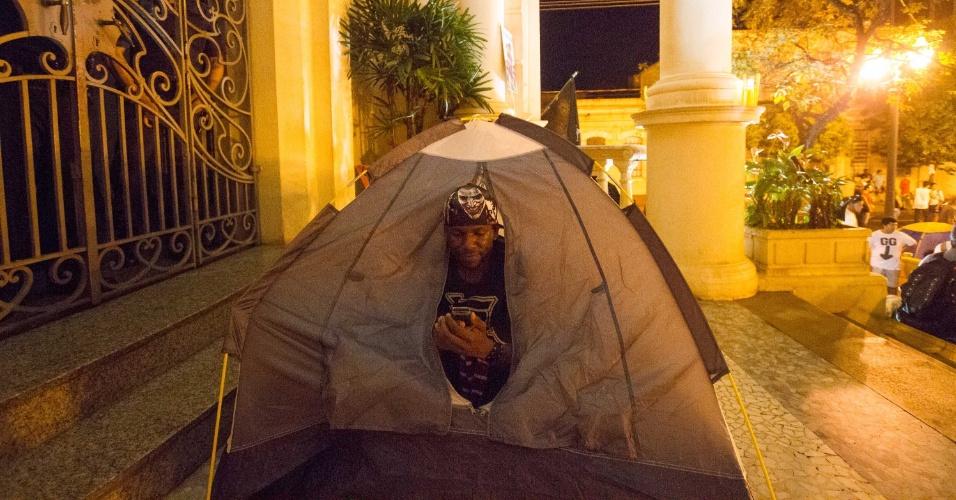 26.jun.2013 - Integrantes do MPL (Movimento Passe Livre) acampam em frente à Prefeitura de Ribeirão Preto, no interior de São Paulo, na manhã desta quarta-feira (26). Eles estão no local desde a noite de ontem (25) e afirmam que continuarão acampados até que todas as reivindicações do grupo sejam atendidas pela prefeita Dárcy Vera (PSD). Uma das exigências dos manifestantes é a redução na tarifa das passagens de ônibus de R$ 2,90 para R$ 2,60