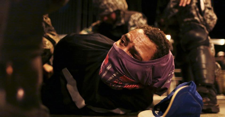 26.jun.2013 - Manifestante é detido pela polícia durante protesto em Belo Horizonte