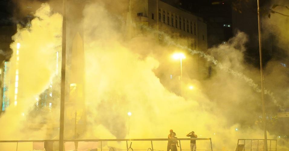 26.jun.2013 - Policiais entraram em conflito com manifestantes na praça Sete, no centro de em Belo Horizonte, durante protesto nesta quarta-feira (26)