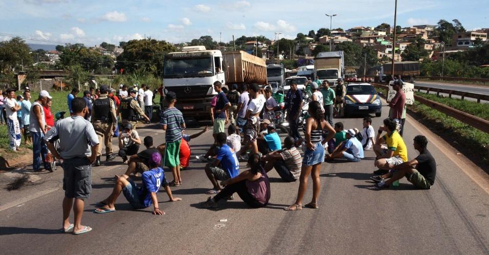 26.jun.2013 - Manifestantes fecharam os dois sentidos da BR 381, em Betim (MG), no bairro de Citrolândia, nesta quarta-feira (26). A Polícia Rodoviária Federal, com seu grupo de choque, já liberou a pista. Até o momento, duas pessoas foram detidas