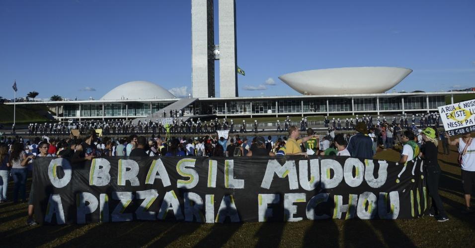 """26.jun.2013 - Manifestantes protestam em frente ao Congresso Nacional, em Brasília, nesta quarta-feira. O grupo pede, entre outras coisas, a revogação do projeto que ficou popularmente conhecido como """"cura gay"""" e a saída do deputado Marco Feliciano (PSC) da presidência da Comissão dos Direitos Humanos da Câmara dos Deputados"""