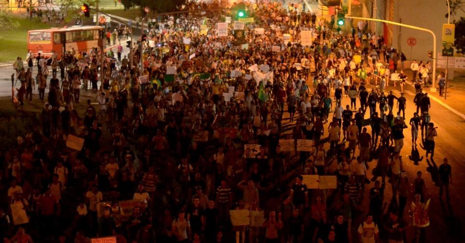 """26.jun.2013 - Manifestantes protestam em frente ao Congresso Nacional, em Brasília, nesta quarta-feira. O grupo pede, entre outras reivindicações, a revogação do projeto que ficou popularmente conhecido como """"cura gay"""" e a saída do deputado Marco Feliciano (PSC) da presidência da Comissão dos Direitos Humanos da Câmara dos Deputados"""